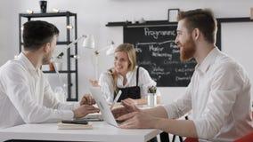 事务英仕曼讨论会议队工作的在创造性的办公室 股票视频