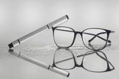 事务要求玻璃和笔 免版税库存图片
