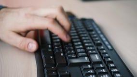 事务,教育,编程,人们和技术概念,工作在键盘文字的办公室手上的商人 股票录像
