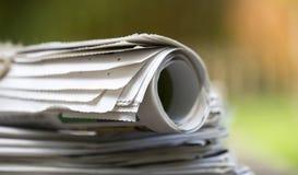 事务,每日新闻概念-堆报纸 免版税图库摄影