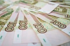 事务,财务,挽救,银行业务概念-接近的捆绑金钱俄国钞票一百卢布 库存图片