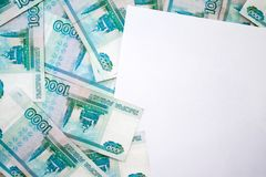 事务,财务,挽救,银行业务概念-接近的捆绑金钱俄国钞票在木桌上的一千卢布 免版税库存图片
