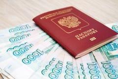 事务,财务,挽救,银行业务概念-接近的捆绑金钱俄国钞票在木桌上的一千卢布 库存照片