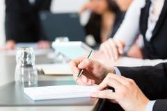 事务-买卖人、会议和介绍在办公室 免版税库存图片