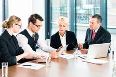 事务-会议在办公室,人们与文件一起使用 库存图片