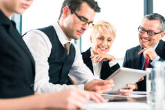 事务-会议在办公室,队与片剂一起使用 免版税图库摄影