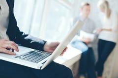 事务 妇女与谈论的膝上型计算机和的队一起使用项目 库存照片