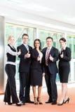事务-小组买卖人在办公室 图库摄影