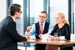 事务-工作面试和合同签字 库存照片