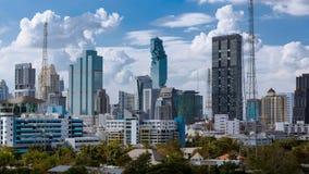 事务建立曼谷市亚洲泰国风景区域摇摄的和蓝天覆盖背景,优质4K Timelapse 股票录像
