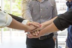 事务 配合和人概念 一起配合联系 手男人和妇女在办公室 免版税库存照片