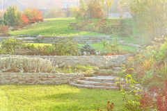 从事园艺与草坪,护墙,在秋天的高山幻灯片 免版税库存图片