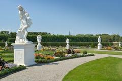 从事园艺与雕塑在Herrenhausen庭院,汉诺威,德国里 免版税库存图片