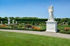 从事园艺与雕塑在Herrenhausen庭院,汉诺威,德国里 免版税库存照片