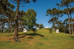 从事园艺与露天博物馆费利西亚Leirner的雕塑零件,在坎波斯附近做Jordão 库存照片