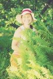 从事园艺的高级妇女庭院 免版税库存图片
