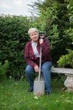 从事园艺的高级妇女 图库摄影
