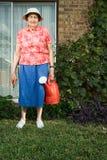 从事园艺的高级妇女 免版税库存图片