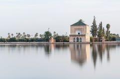 从事园艺马拉喀什menara摩洛哥pavillion 图库摄影
