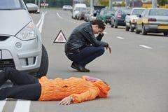 事故。被撞的步行者 免版税库存照片