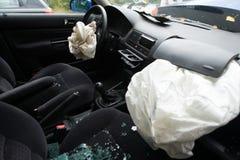 事故与被开张的气袋的损坏的汽车 免版税图库摄影