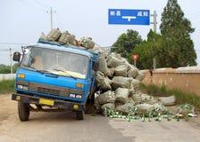 事故中国被超载的卡车 免版税图库摄影
