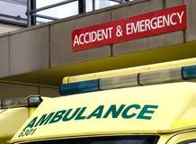 事故和紧急状态签字与在底下停放的救护车 免版税库存图片