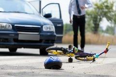 事故在反射性公路安全三角背心警告附近的被中断的汽车司机重点 免版税库存图片