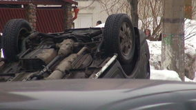 事故在反射性公路安全三角背心警告附近的被中断的汽车司机重点 股票视频