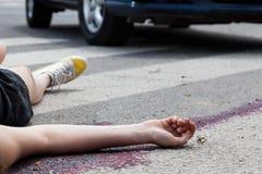 事故场面的不自觉的妇女 免版税库存照片