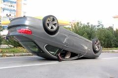 事故汽车中间被翻转的路 库存照片