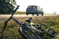 事故背景自行车紧急位于的路服务 免版税库存照片