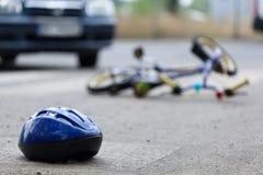 事故背景自行车紧急位于的路服务 免版税库存图片