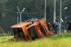 事故车祸机动车路路 卡车用沙子装载了被翻转入路旁 图库摄影