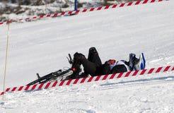 事故骑自行车的人下坡雪 免版税库存图片