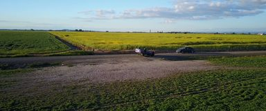 事故,在路的被弄翻的汽车 免版税库存图片