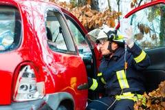 事故,消防队抢救汽车的受害者 免版税库存照片