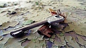 从事的钥匙老破裂的表面上 库存照片