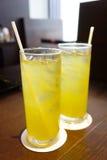 二与秸杆的冷被冰的绿茶 库存图片