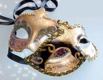 二个与星形光亮的焕发的狂欢节威尼斯式屏蔽  免版税库存照片