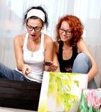 二个俏丽的女孩 免版税库存照片