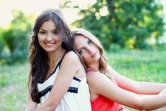二个俏丽的微笑的白种人女孩 免版税库存照片