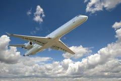 二个喷气机引擎航空器飞行 免版税库存图片