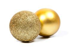 二个圣诞节金黄球 库存图片