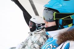 二个在缆索铁路的女性滑雪者乘驾 免版税库存照片