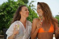 二个女孩笑 免版税图库摄影