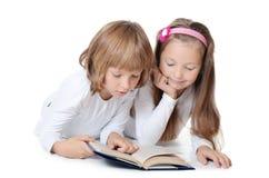 二个女孩读了书 库存图片