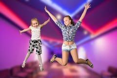 二个女孩跳 免版税库存照片