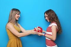二个妇女年轻人 免版税库存照片