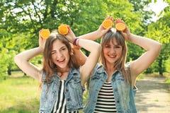 二个妇女年轻人 免版税库存图片